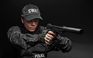 Hintergrundbilder Pistolen Mann Grauer Hintergrund Polizei Uniform Baseballcap Schalldämpfer (Waffe) Heer