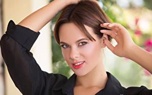 Fotos Playboy Braunhaarige Hand Starren Gesicht Raise junge Frauen