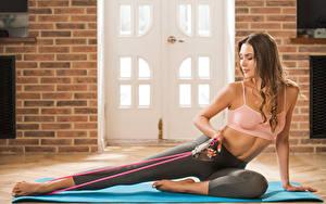 Fotos Polina Kadynskaya, Georgia Fitness Braune Haare Sitzend Bein Hand Trainieren Mädchens