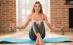 Fotos Polina Kadynskaya, Georgia Fitness Braunhaarige Sitzend Hand Bein Mädchens