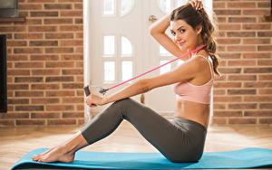 Bilder Polina Kadynskaya, Georgia Fitness Braunhaarige Lächeln Sitzend Bein