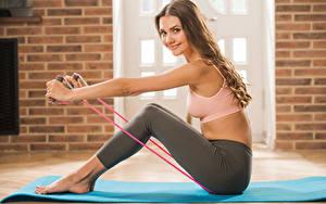 Hintergrundbilder Polina Kadynskaya, Georgia Fitness Sitzt Braunhaarige Lächeln Bein Mädchens