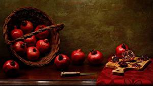Desktop hintergrundbilder Granatapfel Messer Stillleben Weidenkorb Schneidebrett Getreide Lebensmittel