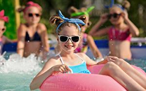Desktop hintergrundbilder Schwimmbecken Kleine Mädchen Brille Blick Kinder
