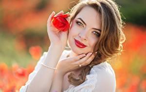 Hintergrundbilder Mohnblumen Unscharfer Hintergrund Hand Braunhaarige Starren Lächeln Rote Lippen junge Frauen