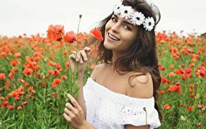 Fotos Mohnblumen Acker Model Kleid Lächeln Kranz Starren junge Frauen Blumen