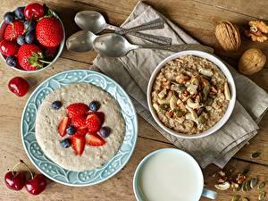 Desktop hintergrundbilder Brei Haferbrei Müsli Erdbeeren Heidelbeeren Schalenobst Teller Frühstück das Essen