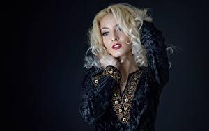 Bilder Posiert Hand Kleid Make Up Blond Mädchen Hübsche junge frau