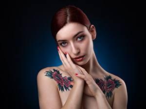 Fotos Pose Hand Tätowierung Blick Schminke Rotschopf junge Frauen