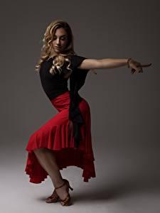 Bilder Posiert Rock Bein Blond Mädchen Tanz Mädchens