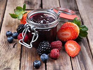 Fotos Konfitüre Brombeeren Erdbeeren Himbeeren Heidelbeeren Bretter Einweckglas