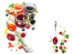 Fotos Konfitüre Erdbeeren Brombeeren Heidelbeeren Weißer hintergrund Einweckglas Lebensmittel