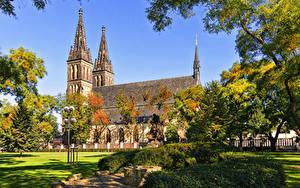 Bilder Prag Park Tempel Kirche Denkmal Strauch Straßenlaterne Vysehrad Park and Basilica of St Peter and St Paul