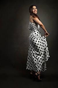 Fotos Braunhaarige Pose Kleid Lächeln Priscila junge Frauen