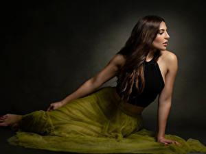 Bilder Braune Haare Sitzen Rock Unterhemd Priscila Mädchens
