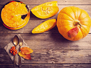 Hintergrundbilder Kürbisse Obstkuchen Bretter Löffel Essgabel Blatt Stück Lebensmittel