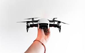 Fotos Quadrokopter Hand Grauer Hintergrund dji mavic air Luftfahrt