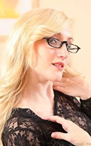 Fotos Rachelle Summers Blond Mädchen Brille Starren Haar Hand junge Frauen