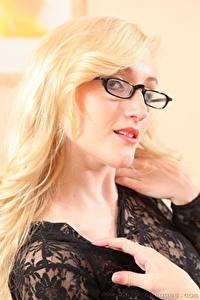 Fotos Rachelle Summers Blond Mädchen Brille Starren Haar Hand