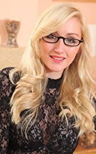 Bilder Rachelle Summers Blond Mädchen Haar Blick Brille Lächeln junge frau