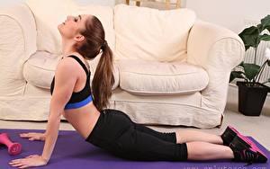 Fotos Rachelle Summers Fitness Sofa Braunhaarige Dehnübung junge Frauen