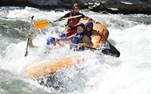 Hintergrundbilder Rafting Boot Fluss Spritzwasser Helm sportliches