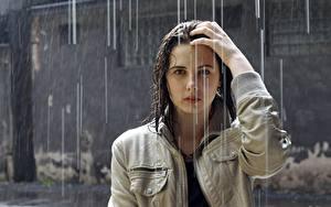 Bilder Regen Brünette Starren Nass Jacke Hand Haar