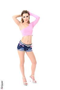 Hintergrundbilder Randy Ayn iStripper Weißer hintergrund Braune Haare Pose Hand Bauch Piercing Shorts Bein High Heels junge frau