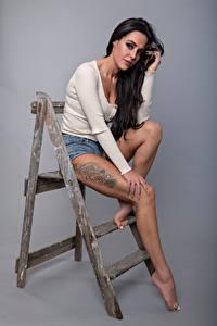 Bilder Posiert Sitzt Bein Tätowierung Starren Brünette Rebecca Mädchens