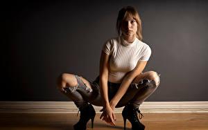 Hintergrundbilder Sitzt Jeans Bein T-Shirt Blick Stöckelschuh Rebekka Weigand Mädchens