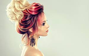 Bilder Rotschopf Blond Mädchen Grauer Hintergrund Ohrring Mädchens
