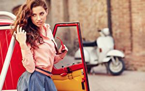 Hintergrundbilder Rotschopf Hand Unscharfer Hintergrund Starren Brille Pose junge Frauen