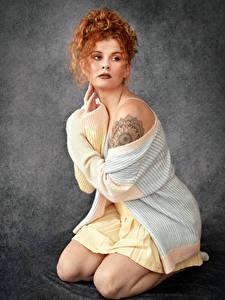 Hintergrundbilder Rotschopf Pose Sitzt Kleid Starren junge frau