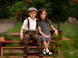 Bilder Antik Bank (Möbel) Unscharfer Hintergrund 2 Jungen Kleine Mädchen Sitzt kind