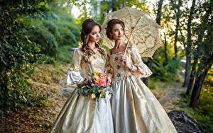 Bilder Retro Blumensträuße Zwei Braune Haare Regenschirm Kleid Blick junge frau