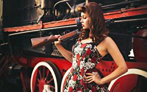 Fotos Retro Züge Sturmgewehr Kleid Rotschopf