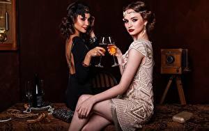 Bilder Antik Wein Zwei Weinglas Flasche Kleid Sitzend Bein