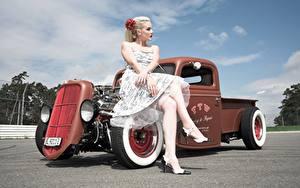 Fotos Retro Blond Mädchen Sitzt Kleid Hand Bein Stöckelschuh hot rod junge frau Autos