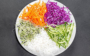 Fotos Reis Gemüse Mohrrübe Kohl Gurke Grauer Hintergrund Teller Geschnittenes das Essen