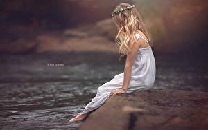 Hintergrundbilder Flusse Blond Mädchen Haar Sitzend Kleine Mädchen JULIA ALTORK Kinder