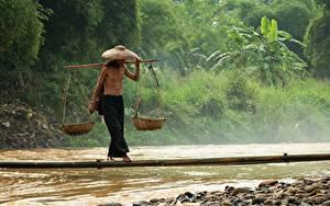 Bilder Flusse Stein Mann Asiatisches Brücken Bambus Der Hut Weidenkorb Balance Arbeitet