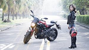 Hintergrundbilder Wege Asiatisches Ducati Asphalt Jacke Helm Motorradfahrer Ducati monster Mädchens
