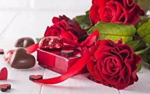 Fotos Rosen Schokolade Rot Herz Geschenke Blumen