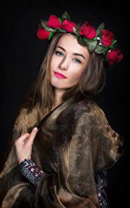 Fotos Rosen Gesicht Blick Kranz junge frau