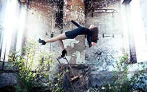 Fotos Ruinen Stühle David Olkarny Mädchens