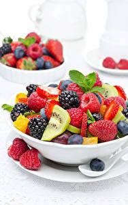 Bilder Salat Obst Himbeeren Brombeeren Beere Weißer hintergrund Teller Lebensmittel