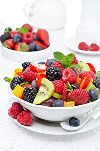 Bilder Salat Obst Himbeeren Brombeeren Beere Weißer hintergrund Teller