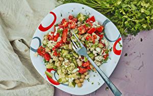 Desktop hintergrundbilder Salat Gemüse Gurke Tomaten Teller Essgabel Lebensmittel