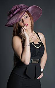 Fotos Posiert Kleid Hand Der Hut Starren Samanta Mädchens