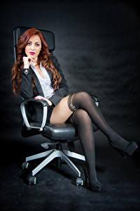 Hintergrundbilder Rotschopf Sessel Sitzt Bein Sakko Bluse Starren Strumpfhose Samanta junge frau